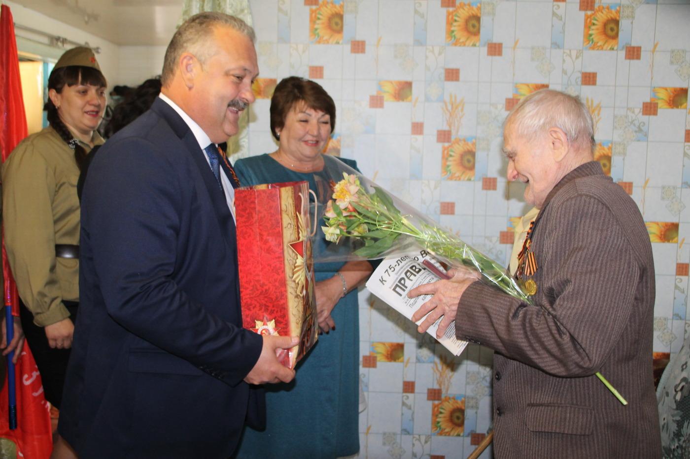 Депутат Народного Совета ЛНР посетила ветерана и приняла участие в открытии памятного знака в Антраците