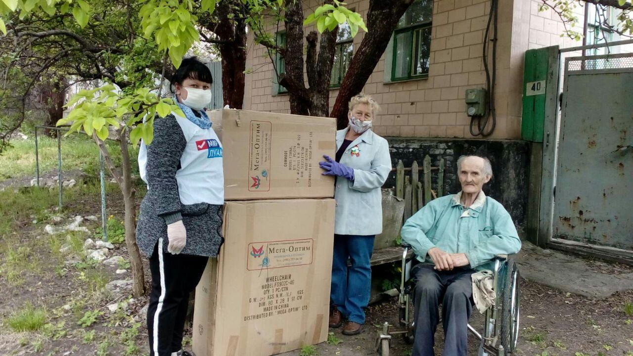 В Весёлой Горе Славяносербского района ветерану подарили инвалидную коляску