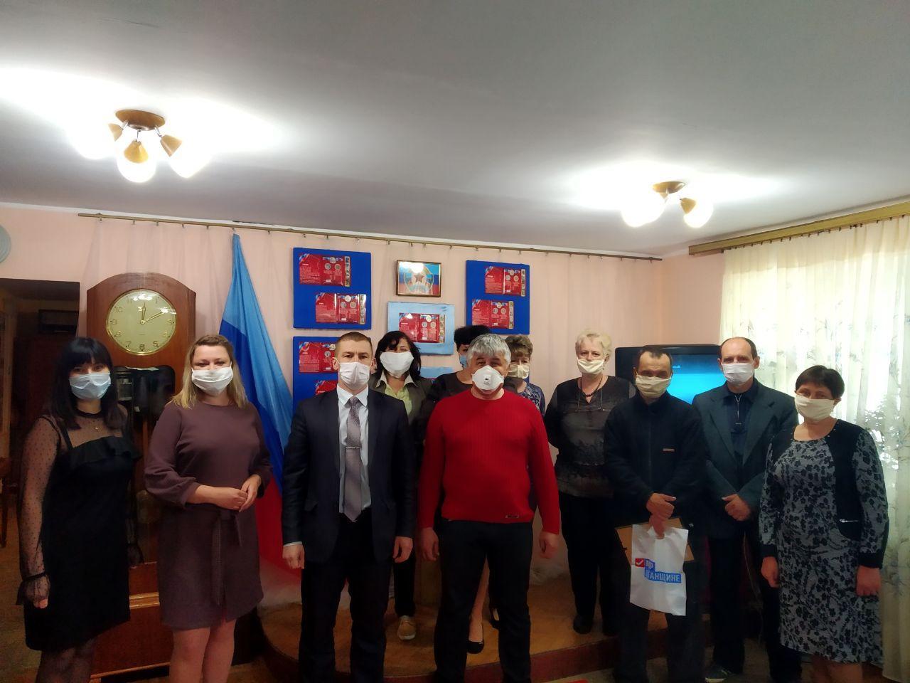 Активисты ОД «Мир Луганщине» поздравили работников музея с профессиональным праздником в Первомайске