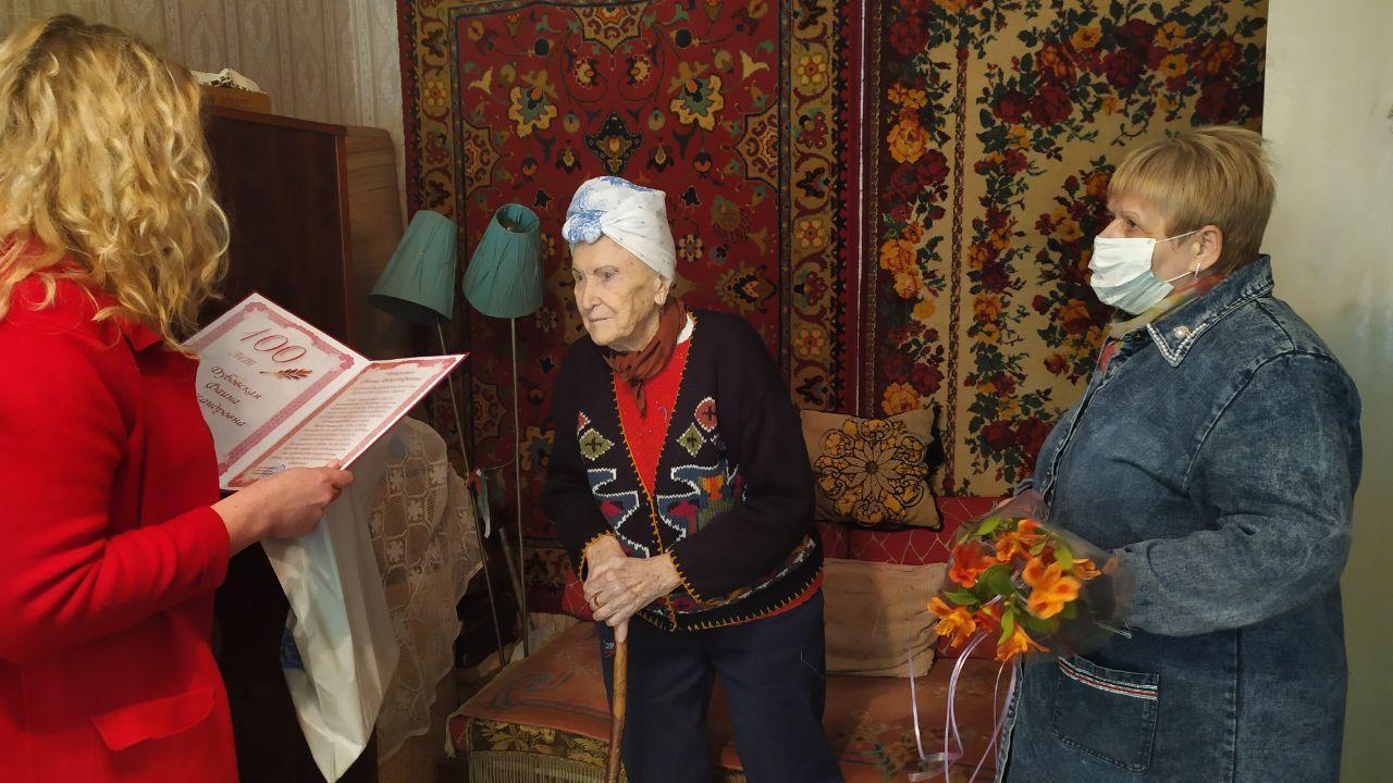 Активисты ОД «Мир Луганщине» поздравили ветерана в Антраците со 100-летием