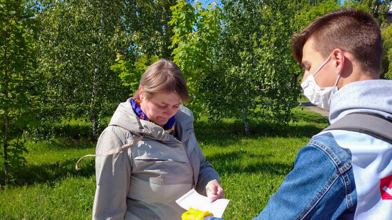 Активисты Кировска раздали листовки об акции «Рука помощи» 1