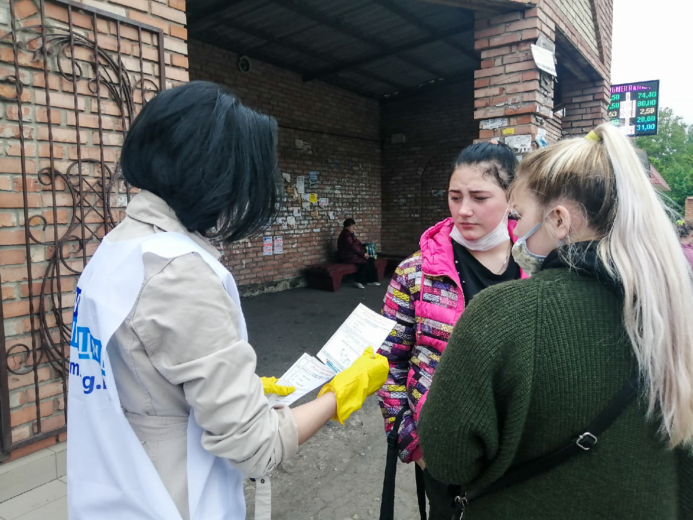 Активисты проекта «Молодая Гвардия» за неделю проинформировали жителей Лутугино об акции «Рука помощи» 1