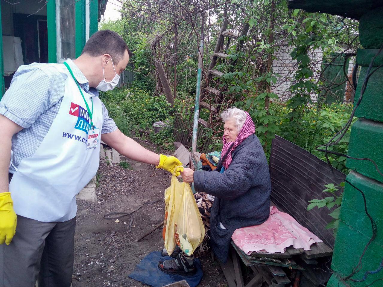 В Лутугино депутаты Народного Совета ЛНР и волонтёры помогли четверым жителям