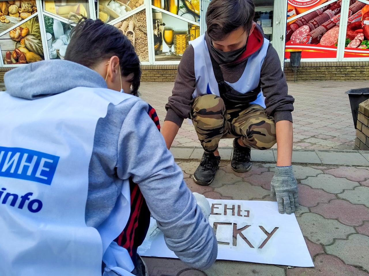 Активисты ОД «Мир Луганщине» проинформирвали жителей Антрацита об акции «Рука помощи» 2