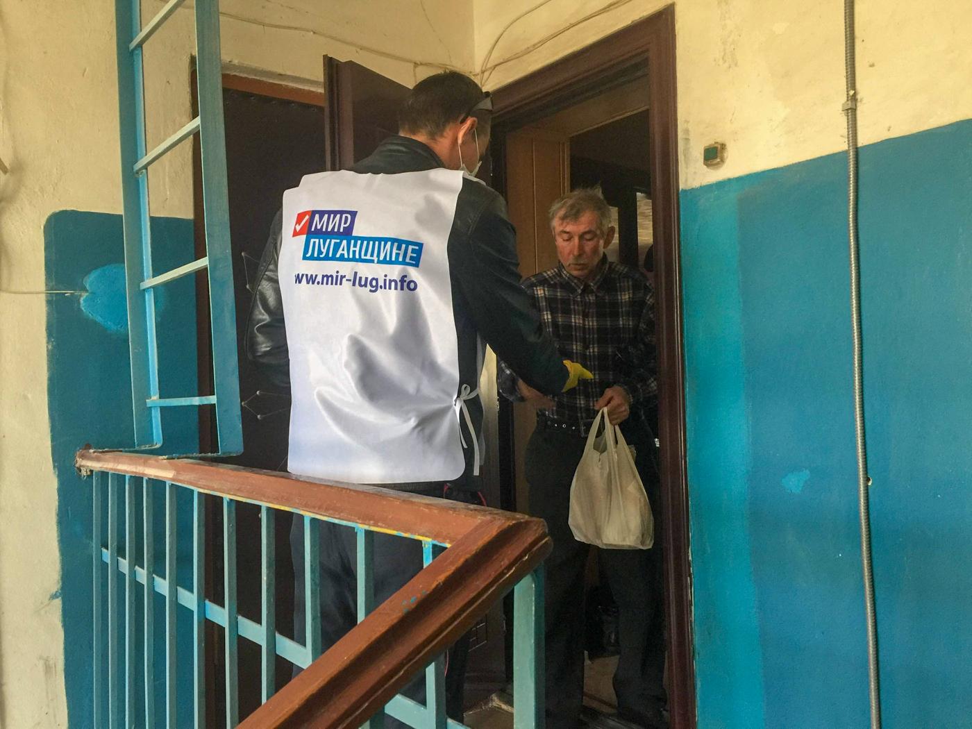 В Лутугино волонтёры помогли троим жителям города