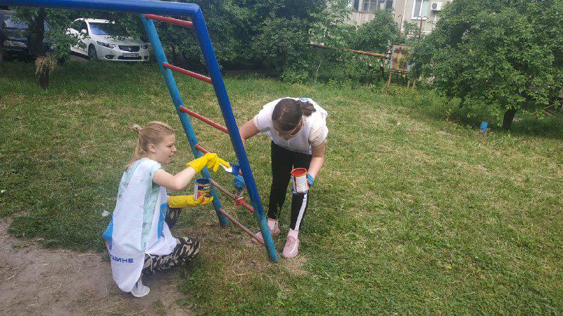 Активисты проекта «Молодая Гвардия» покрасили детскую площадку в Зоринске 1