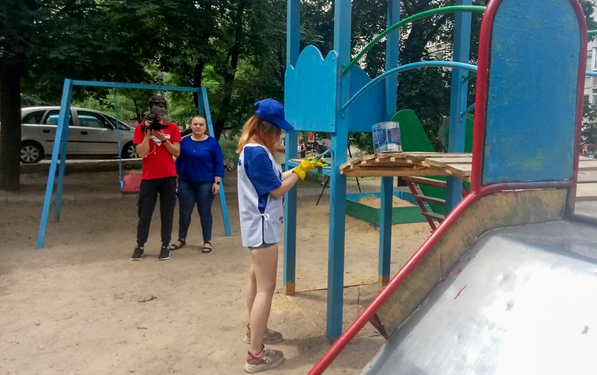 В Алчевске активисты проекта «Дружина» помогли в благоустройстве детской площадки  3