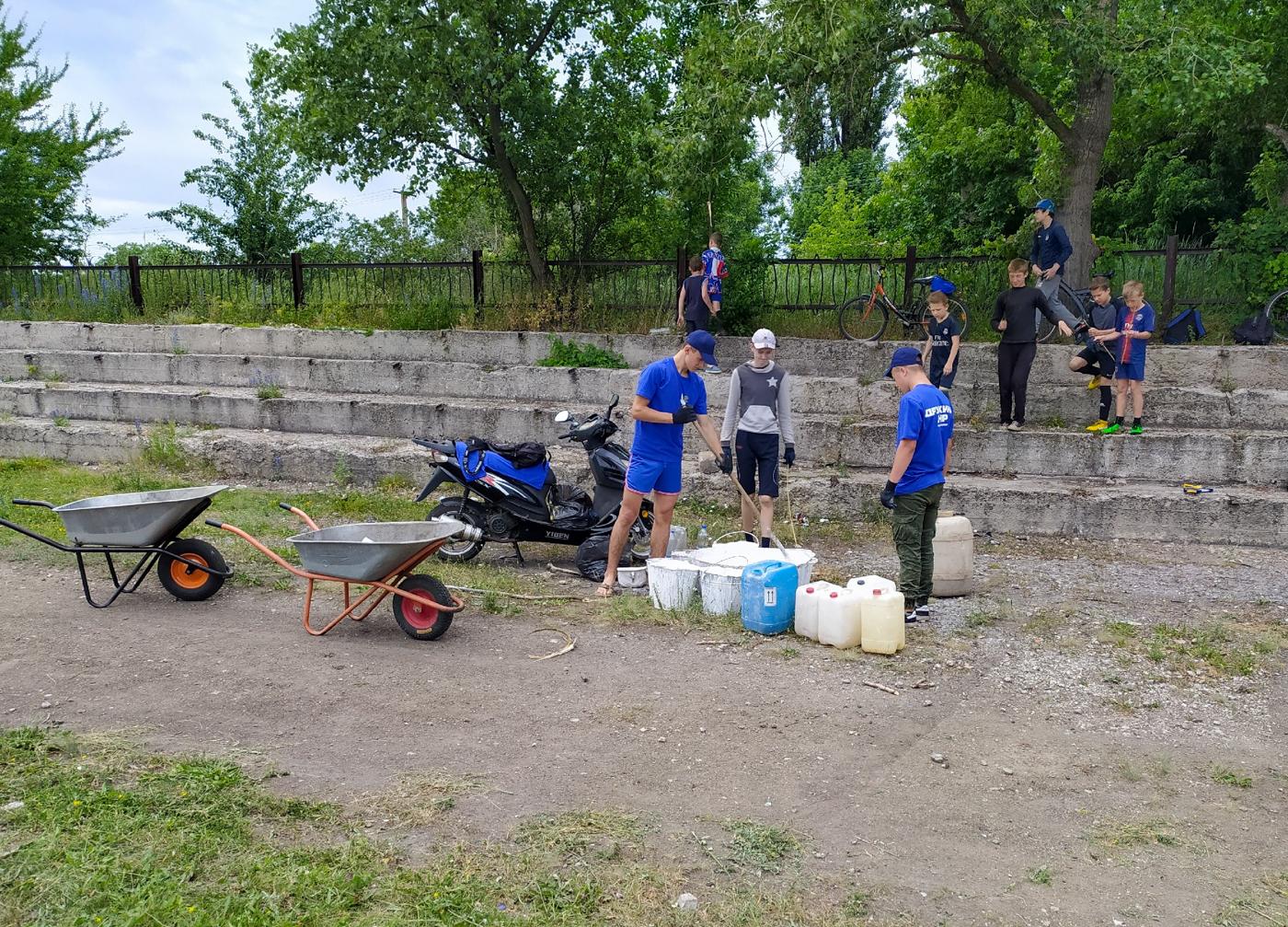 Активисты проекта «Дружина» Перевальского района благоустроили футбольное поле и провели товарищеский матч 2