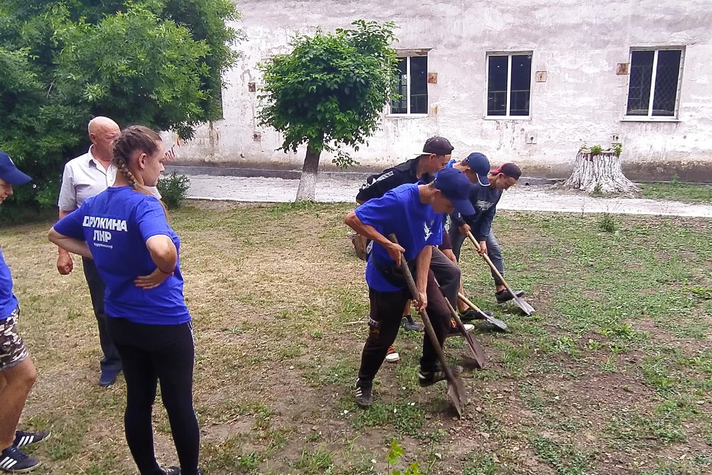В Артёмовске активисты проекта «Дружина» провели субботник на территории гимназии