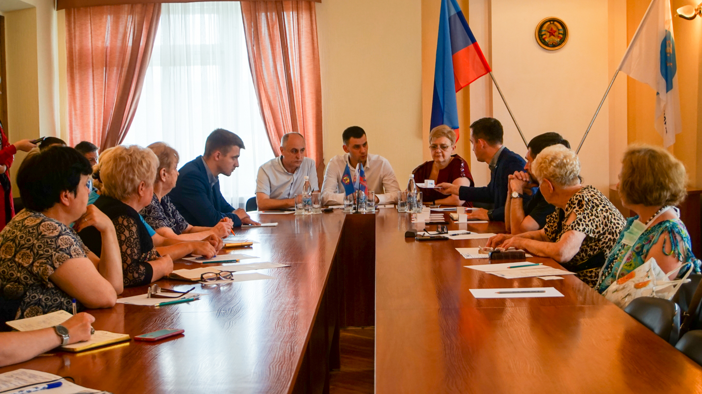 В Луганске председателям квартальных комитетов Каменнобродского района выдали штампы 3