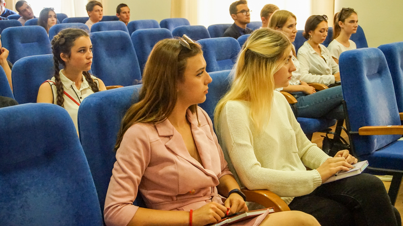 В Луганске для активистов провели лекцию против наркотиков 3