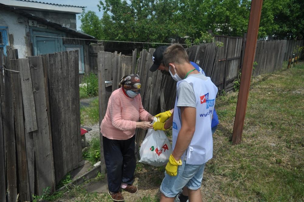 Волонтёры помогли трём жителям Брянки