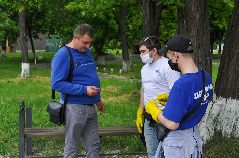 В Брянке активисты ОД «Мир Луганщине» раздали буклеты об акции «Стоп наркотикам!» 1