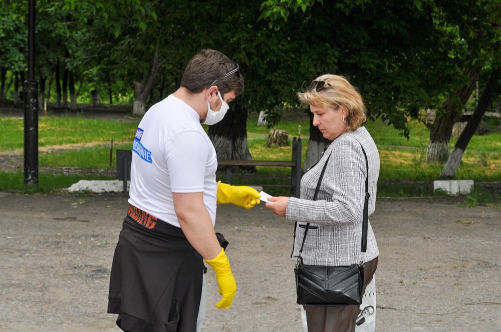 В Брянке активисты ОД «Мир Луганщине» раздали буклеты об акции «Стоп наркотикам!» 3