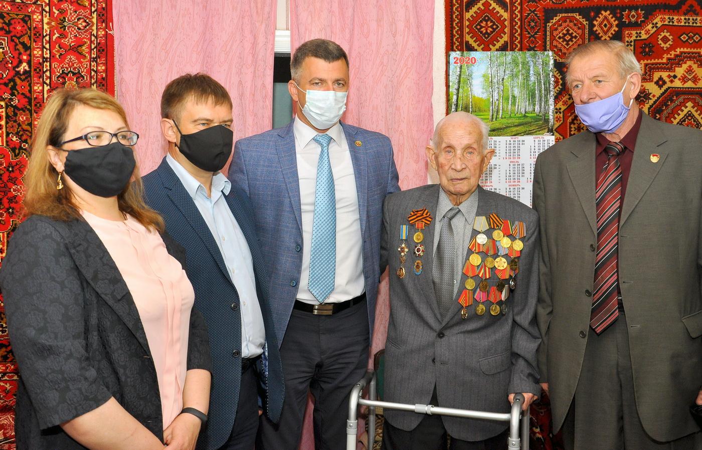 В Свердловске поздравили ветерана со 100-летием