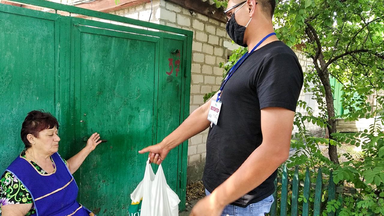 В Луганске волонтёры помогли трём жителям города