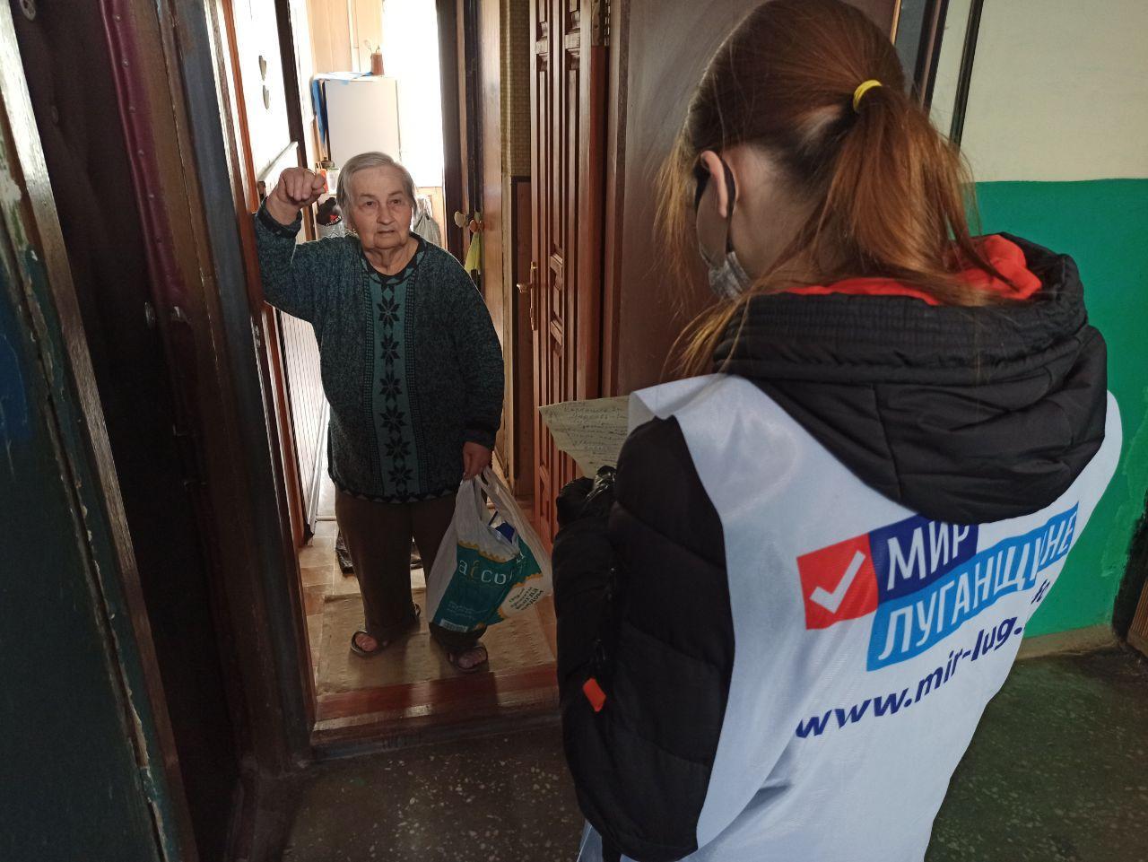 Волонтёры акции «Рука помощи» помогли более тысячи жителям ЛНР