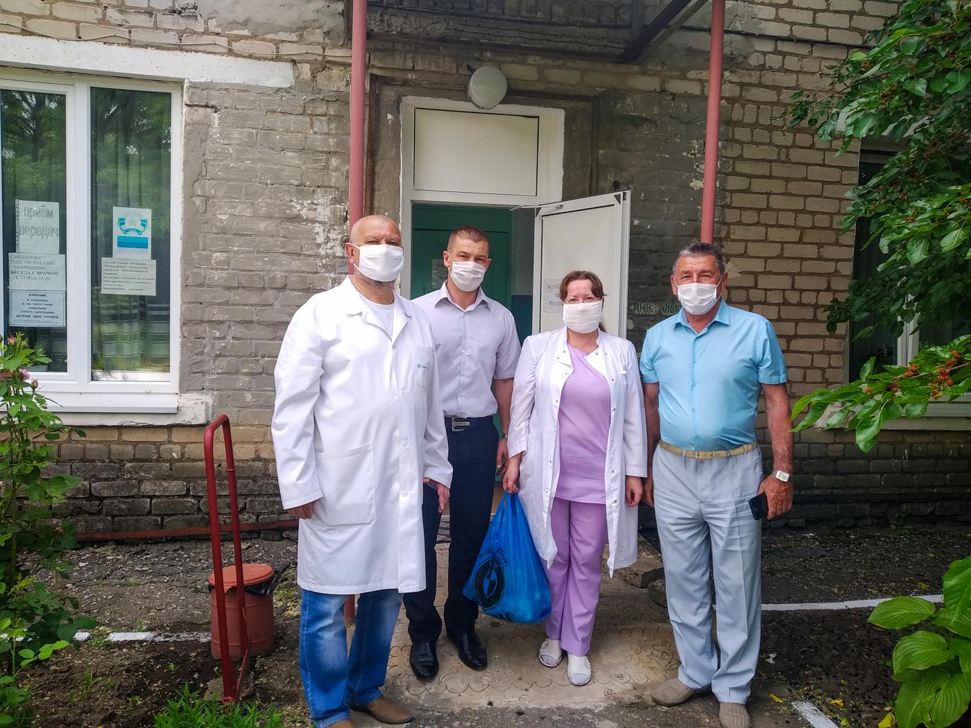 Представители ОД «Мир Луганщине» поздравили медицинского работника в Первомайске