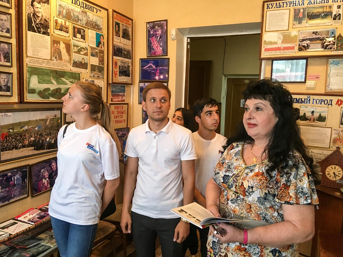 В Красном Луче активисты провели час мужества  2