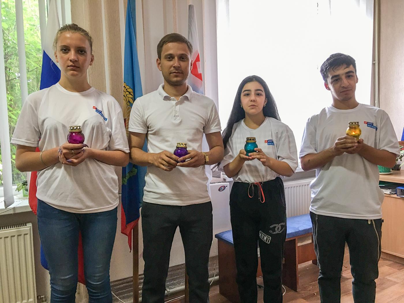В Красном Луче активисты провели час мужества 3