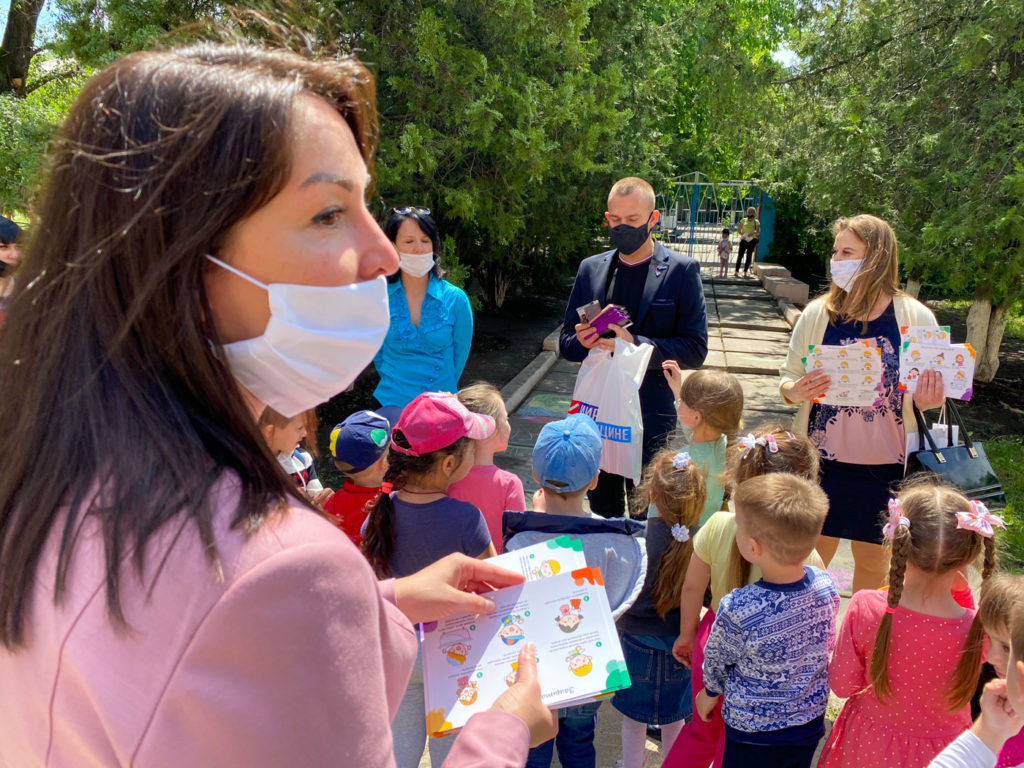 Активисты ОД «Мир Луганщине» поздравили детей Луганска с Международным днём защиты детей