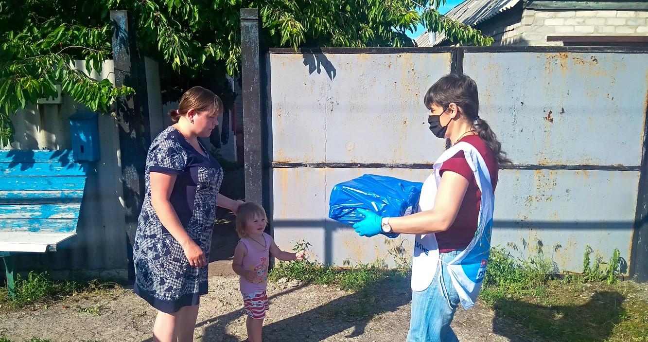Активисты ОД «Мир Луганщине» передали помощь семье посёлка Чернухино