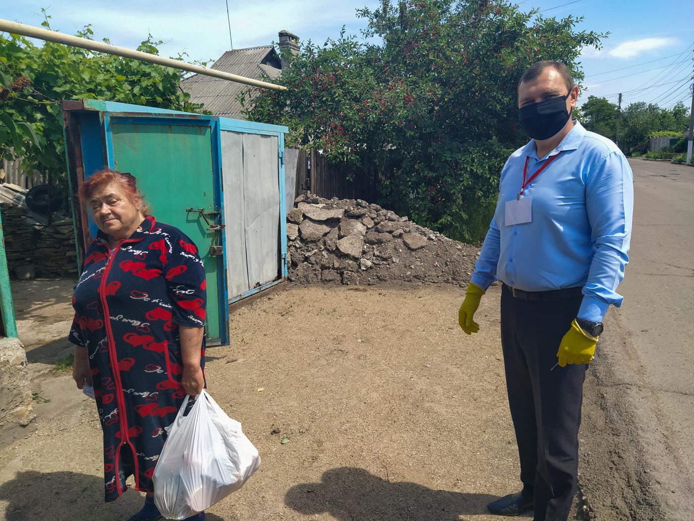 Владимир Поляков помог жительнице Перевальска в рамках акции «Рука помощи»