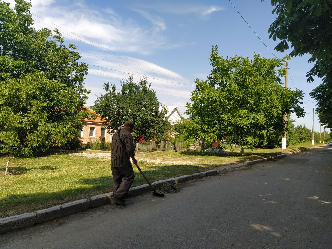 Активисты ОД «Мир Луганщине» провели субботник в посёлке Металлист 2