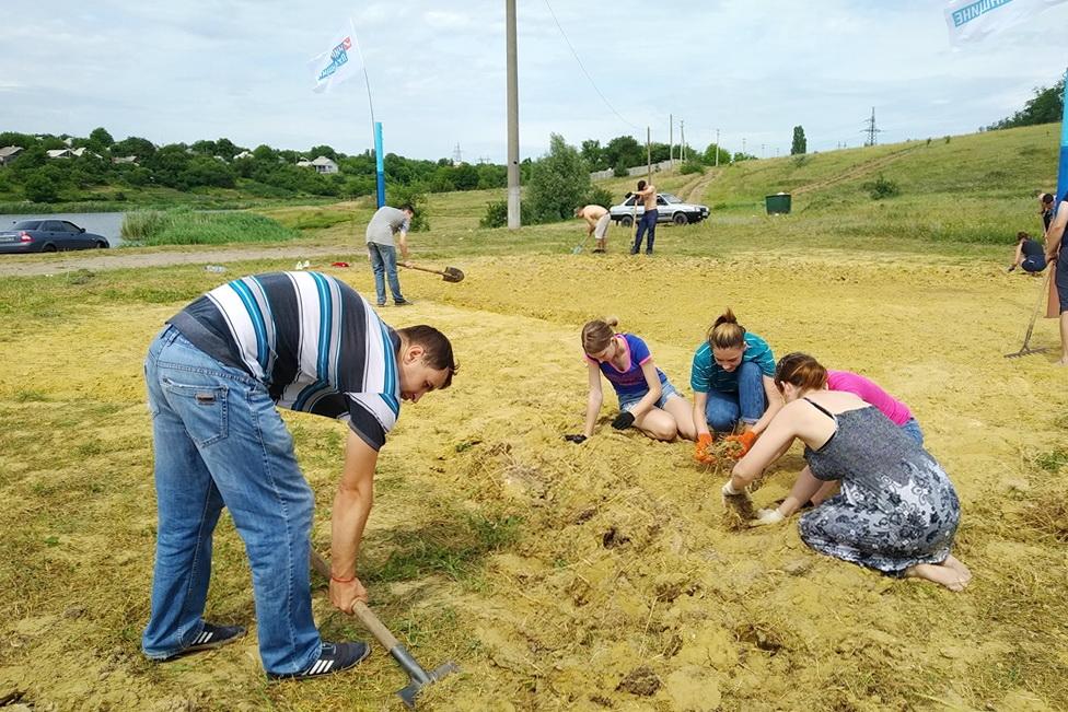 В Первомайске активисты провели субботник у пруда