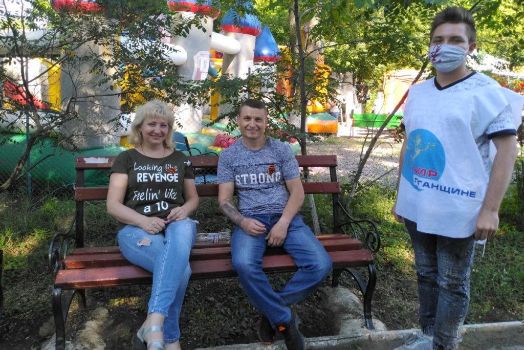 Активисты проекта «Молодая Гвардия» раздали георгиевские ленточки жителям Краснодона