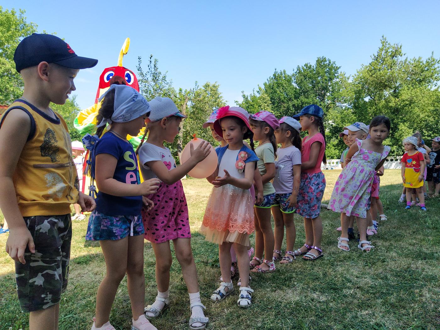 Активисты ОД «Мир Луганщине» провели развлекательную программу для детей Перевальска 1