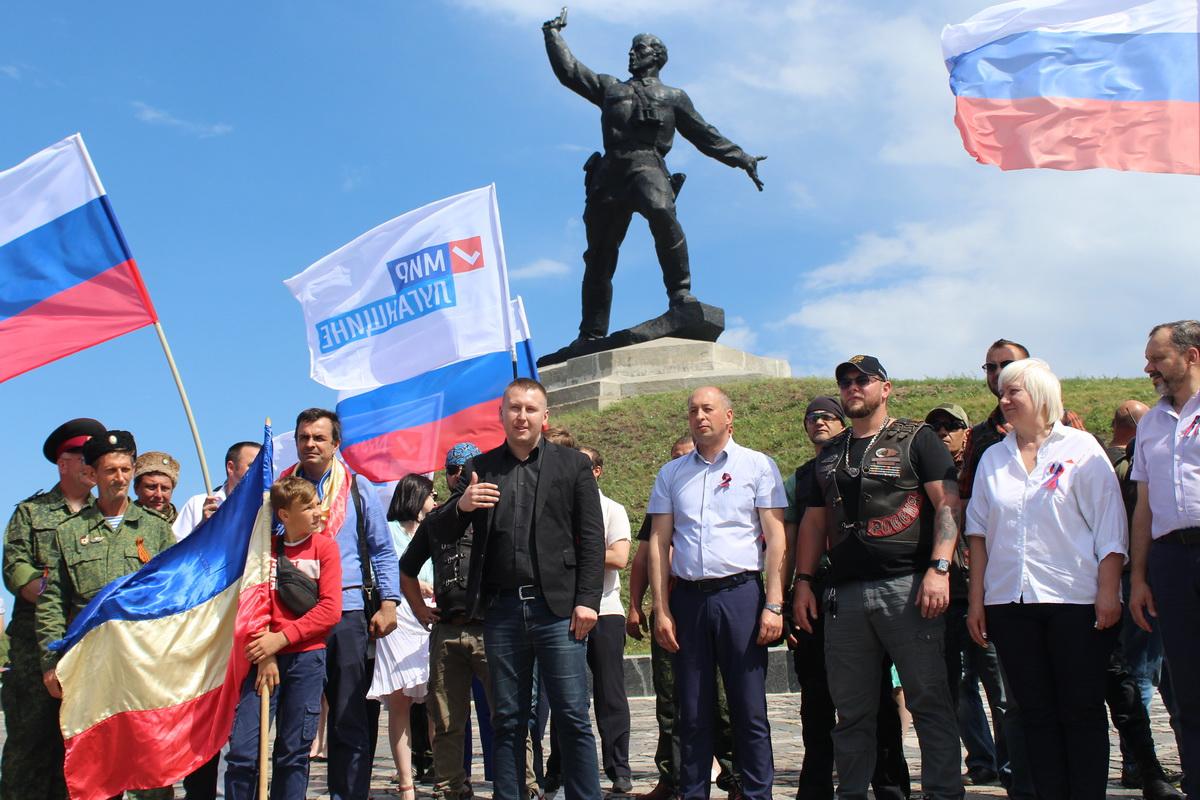 День России в Славяносербском районе отметили автопробегом к знаменитому памятнику Комбата
