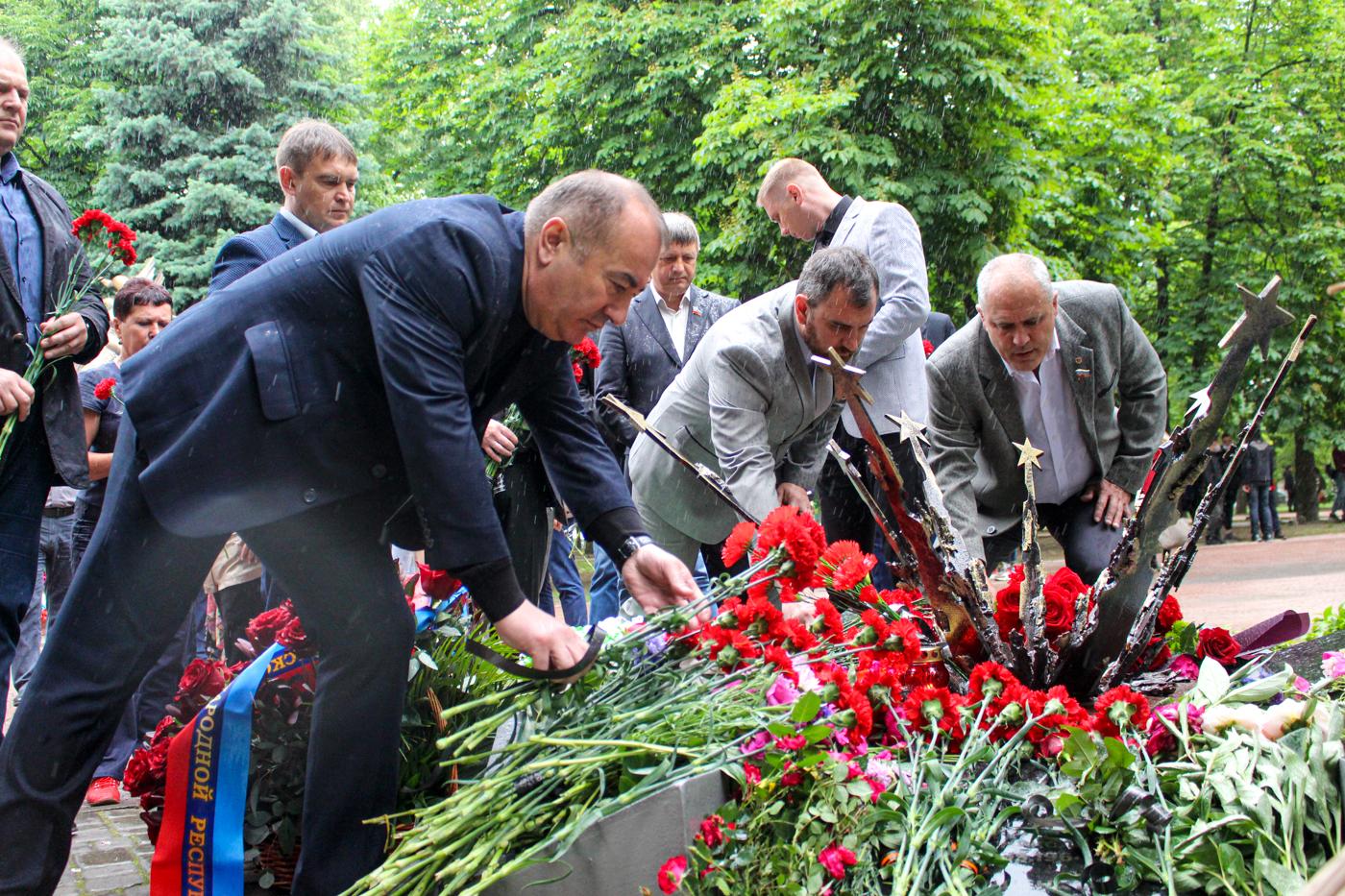 В Луганске почтили память погибших в результате авиаудара ВСУ 5