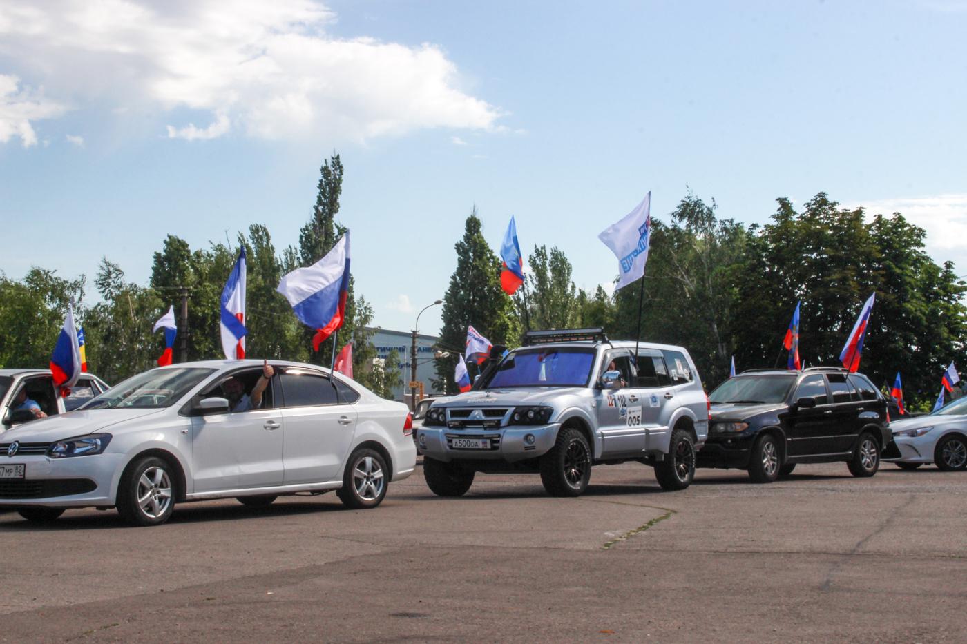 Автомобилисты Луганска проехали по всему городу в День России 1