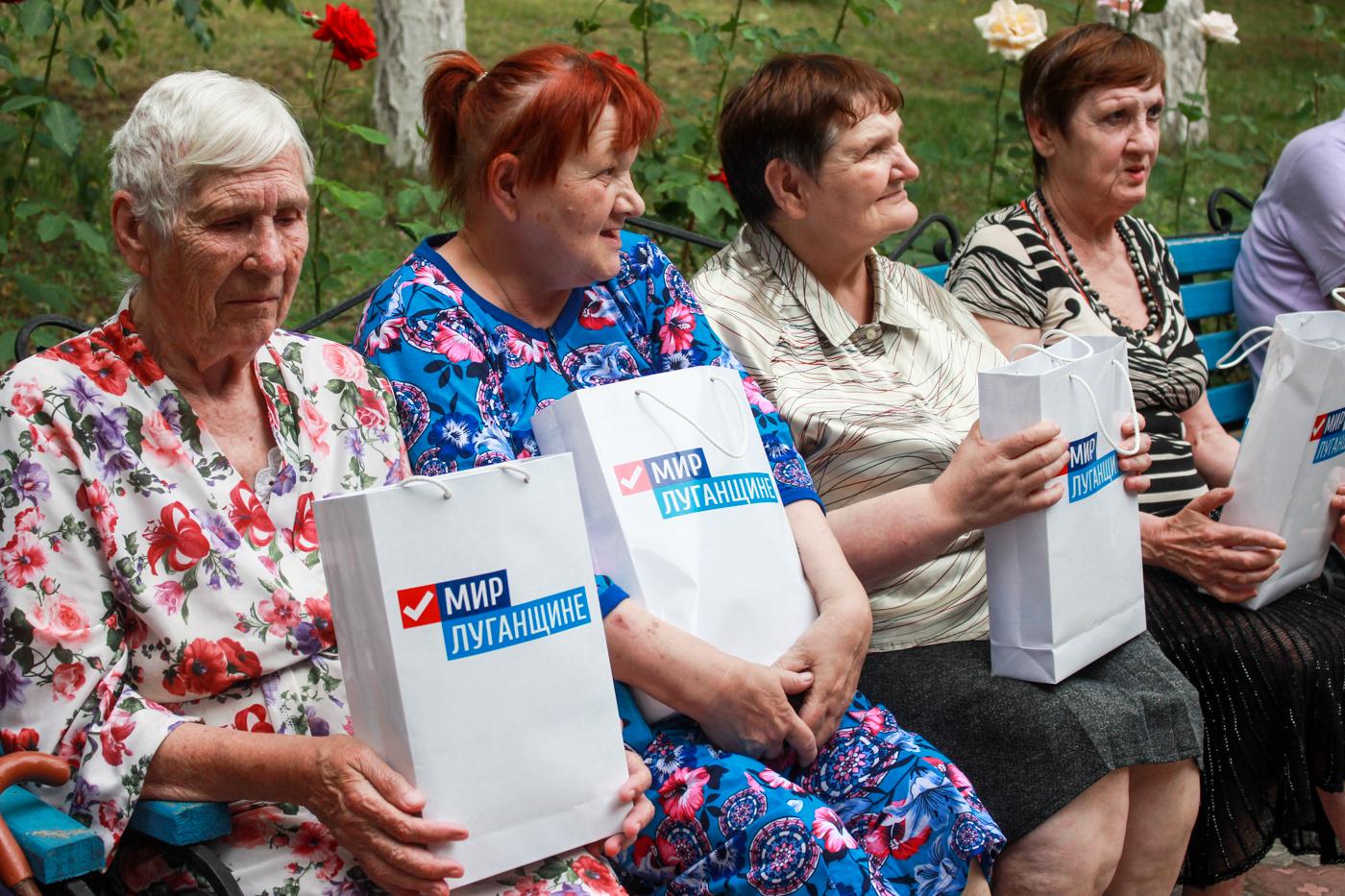 Ветеранам войны и труда, детям войны вручили подарки от ОД «Мир Луганщине»