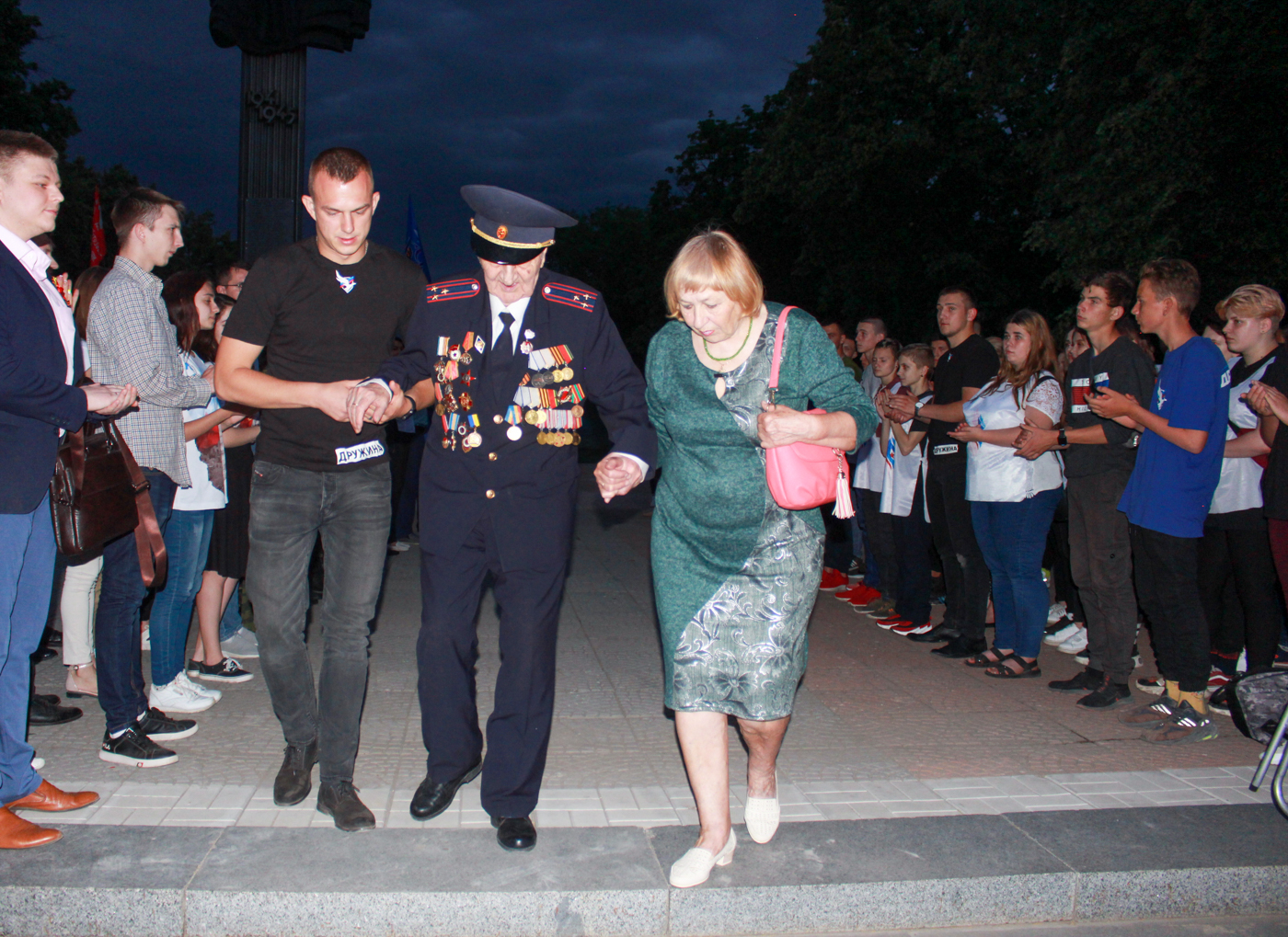 Луганчане почтили память погибших во время Великой Отечественной войны на рассвете