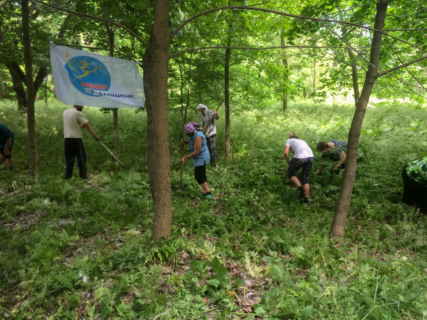Активисты ОД «Мир Луганщине» провели субботник в посёлке Штеровка 2
