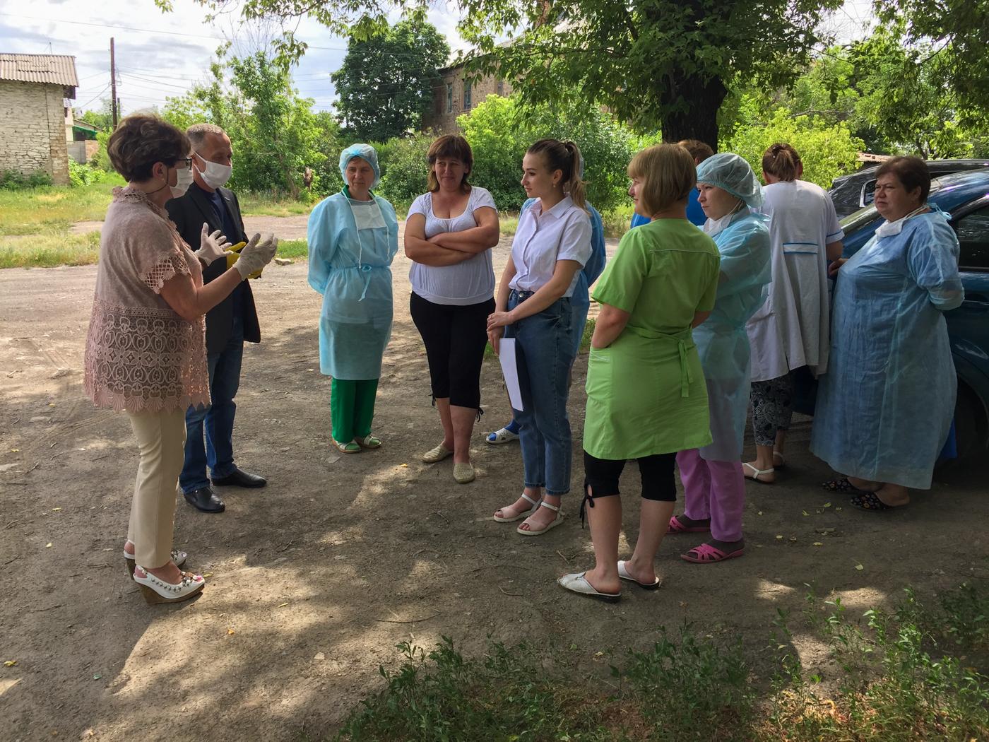 Медикам из Лутугино вручили продуктовые наборы от проекта «Волонтёр» 3