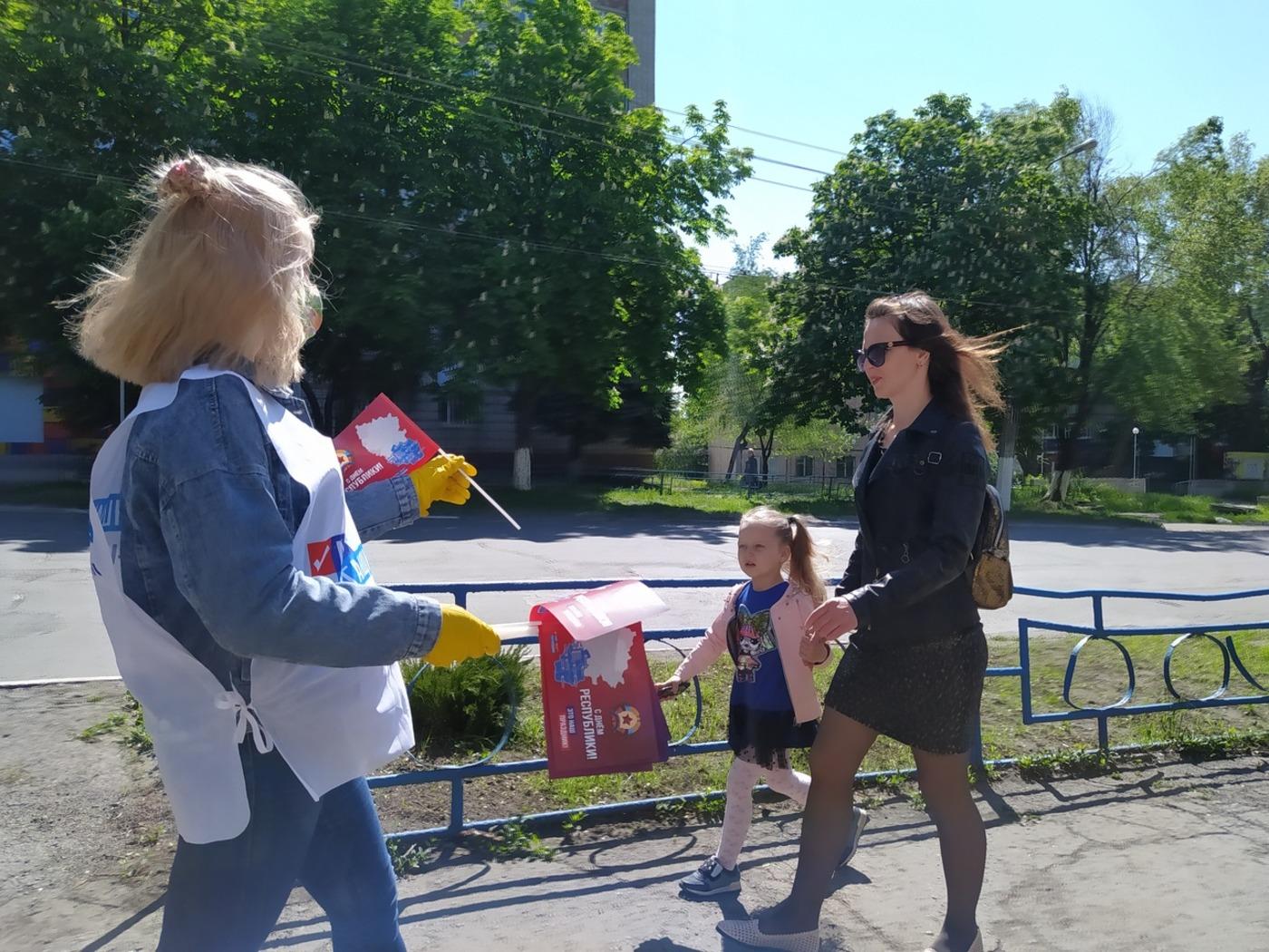 Активисты ОД «Мир Луганщине» поздравили жителей ЛНР с Днём Республики 7