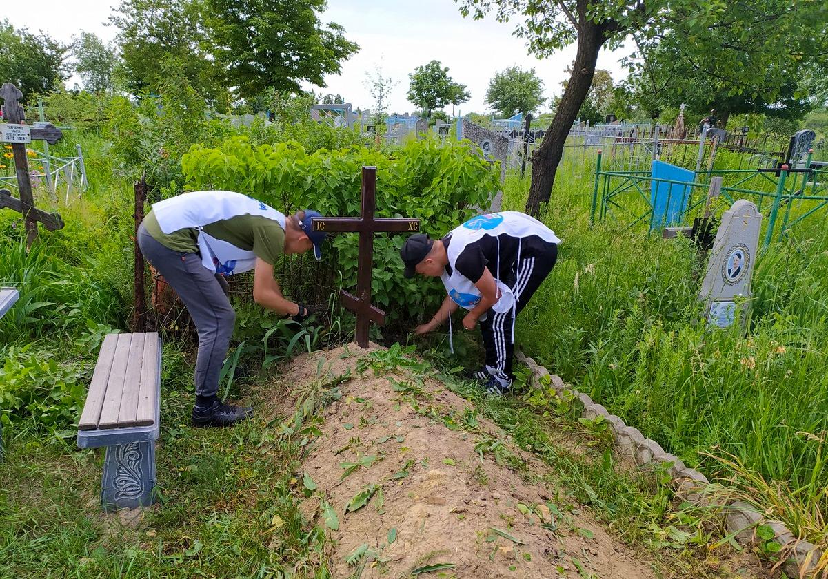 Активисты проекта «Дружина» убрали могилу ветерана Великой Отечественной войны 1