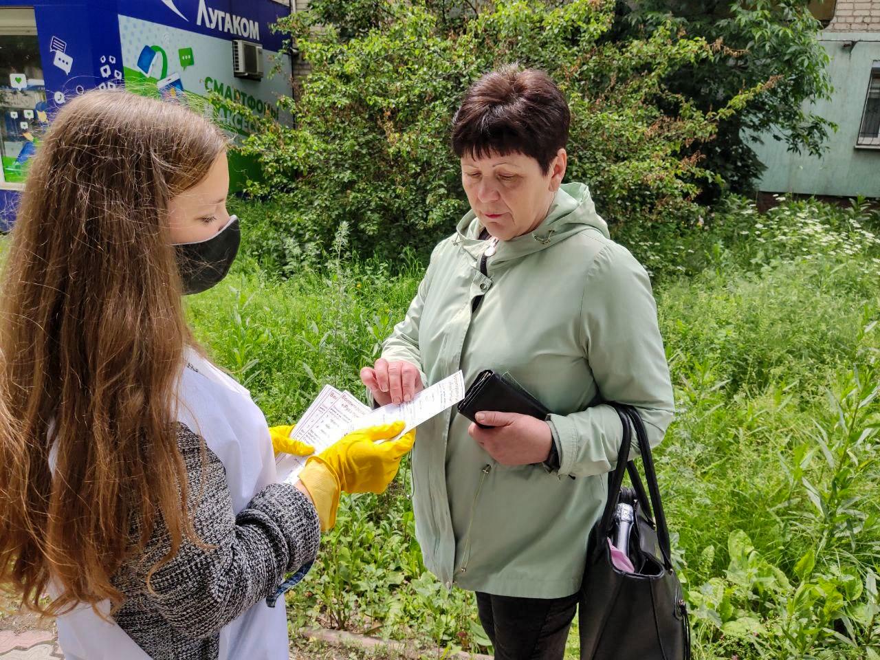 Активисты проекта «Молодая Гвардия» напомнили жителям Антрацита об акции «Рука помощи» 2