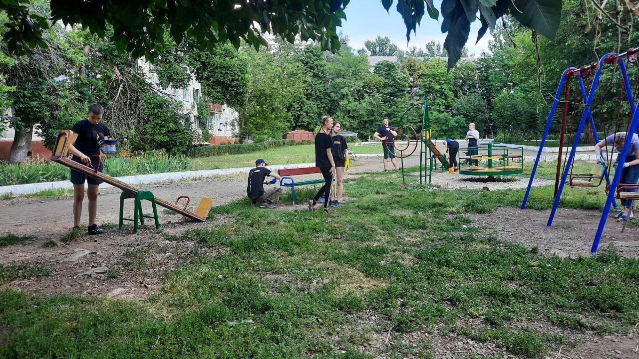 Активисты ОД «Мир Луганщине» покрасили детскую площадку в Антраците 3