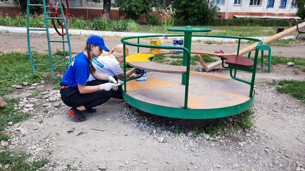 Активисты ОД «Мир Луганщине» покрасили детскую площадку в Антраците 1