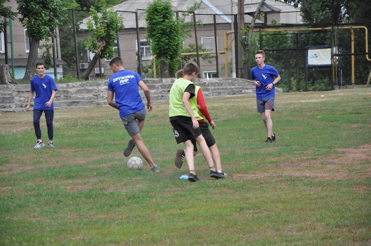 Молодёжь Стаханова в свой праздник провела флешмоб и товарищеский футбольный матч 5