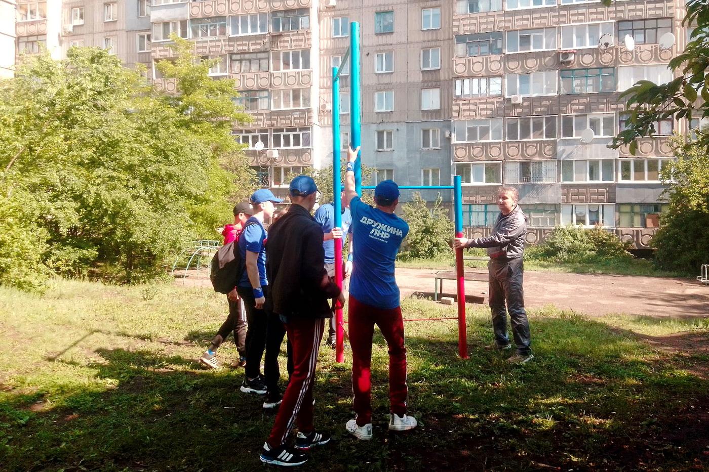 Активисты проекта «Дружина» помогли установить уличную спортивную стенку в Алчевске