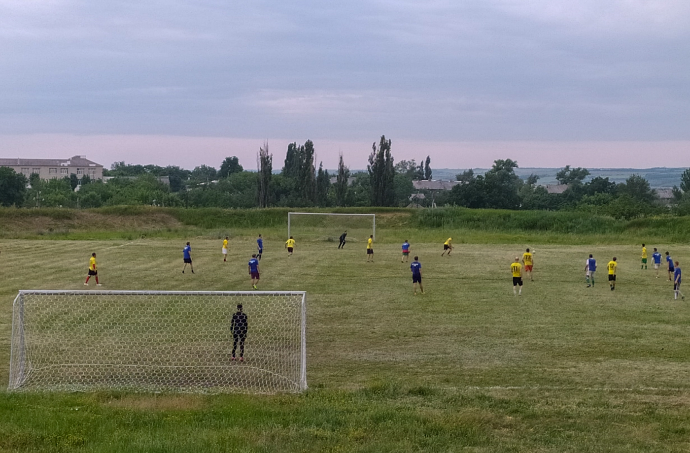 Активисты проекта «Дружина» Перевальского района благоустроили футбольное поле и провели товарищеский матч