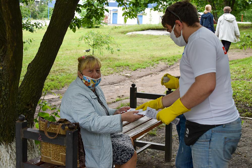 За неделю активисты Брянки проинформировали более 250 жителей города об акции «Рука помощи» 2