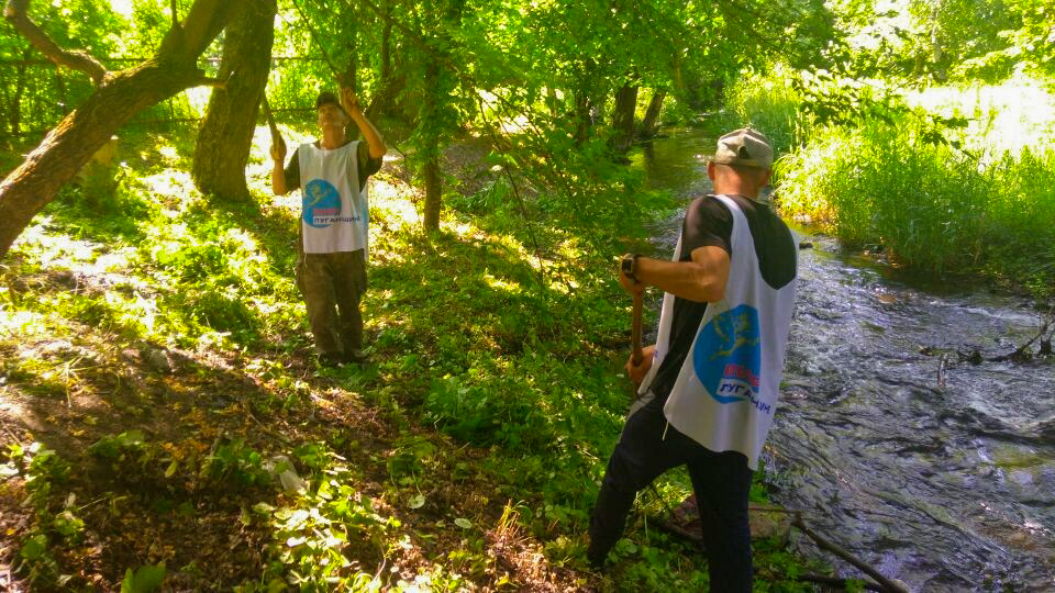 Активисты посёлка Хрустальное провели субботник 1