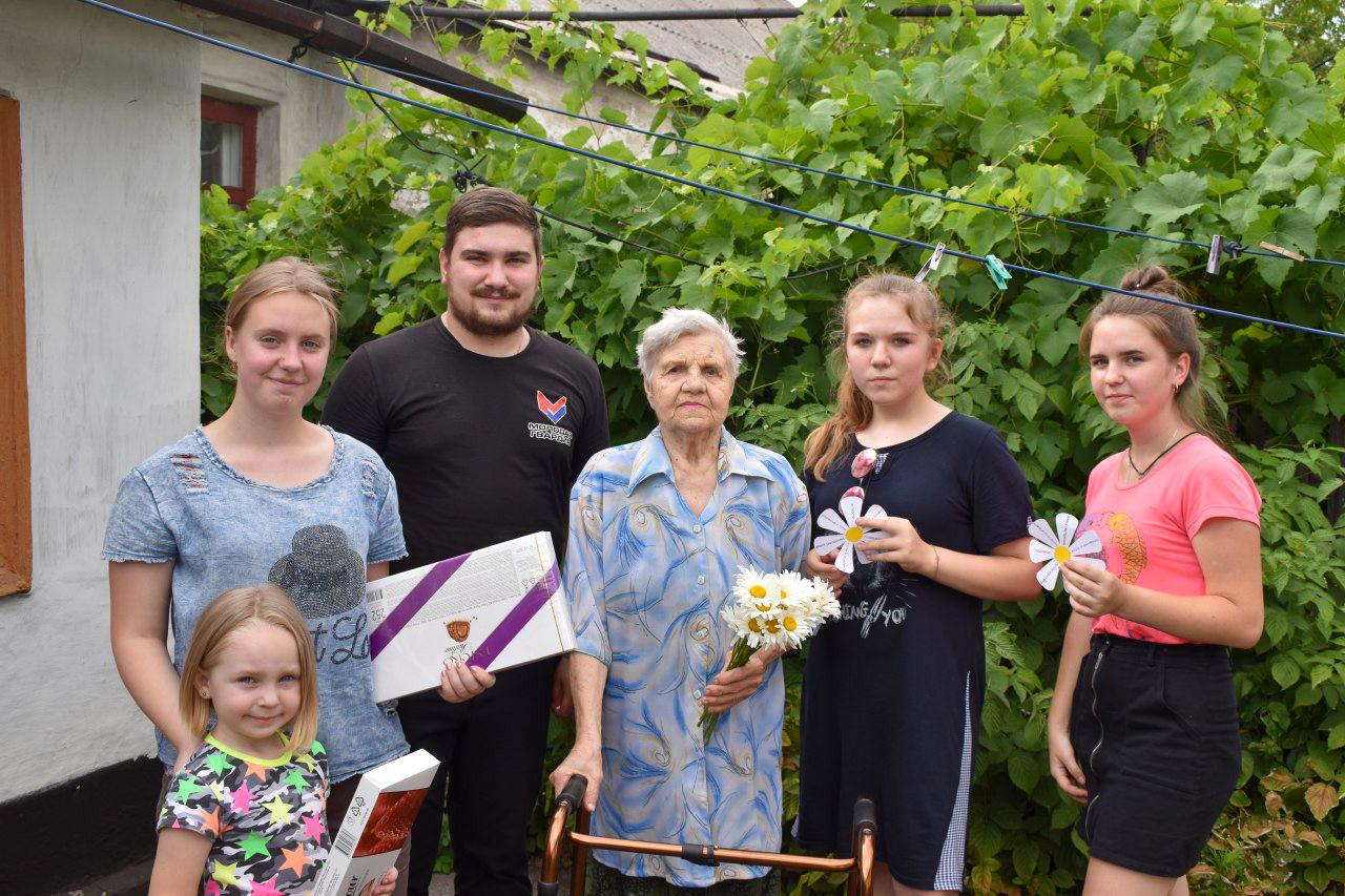 Активисты ОД «Мир Луганщине» поздравили супружескую пару из Брянки