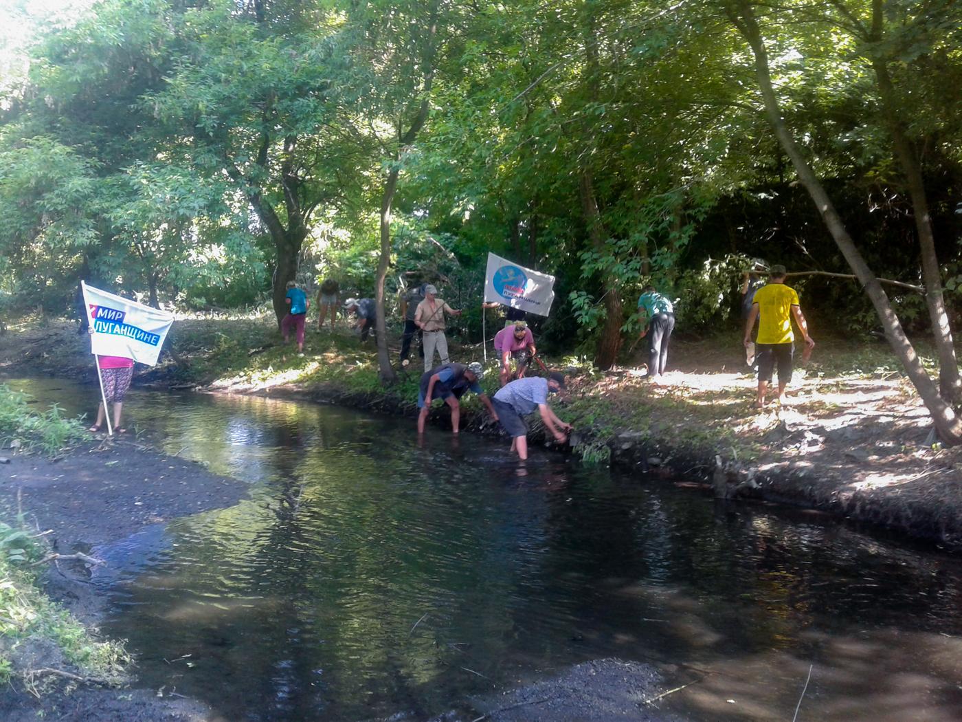 Активисты ОД «Мир Луганщине» Красного Луча благоустроили прибрежную зону реки Миус